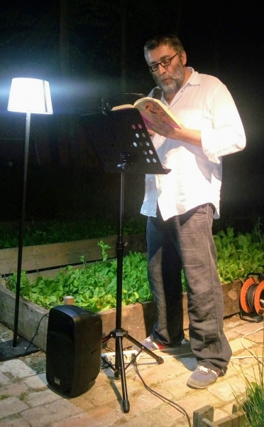 Un legatore #lettoremobile con le poesie di Tonino Guerra