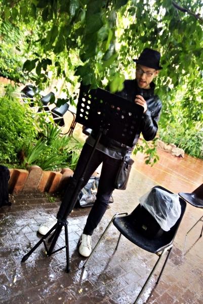 Alessandro stoicamente e la #letturamobile sotto l'albero