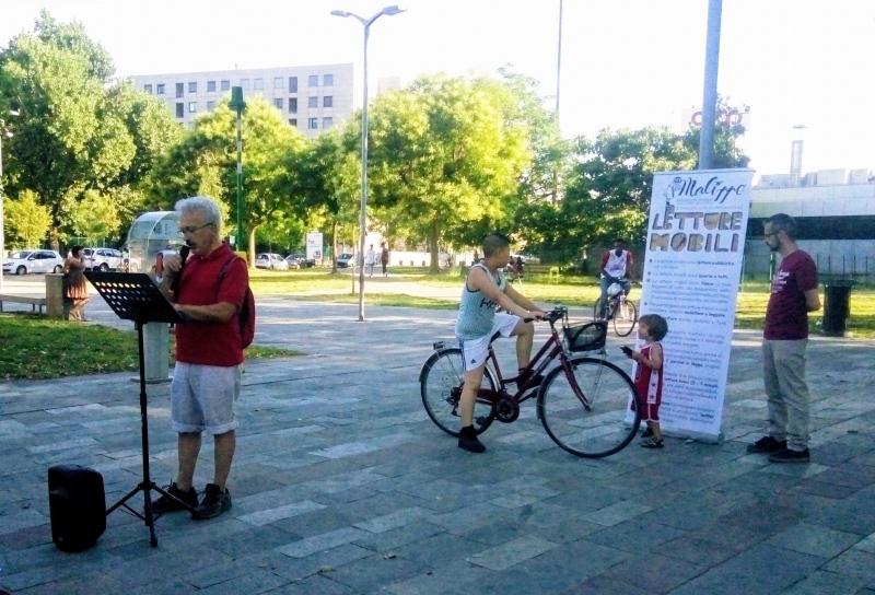 """Tante storie e una piazza sola, raccontate nello stesso istante: i bambini, la bici e Giovanni con  """"Il cielo comincia dal basso"""" di Sonia Serazzi"""