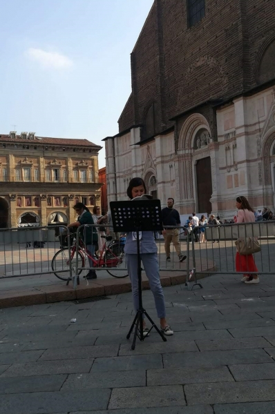 Ecco, la Verova davanti a San Petronio ...sacro e profano?